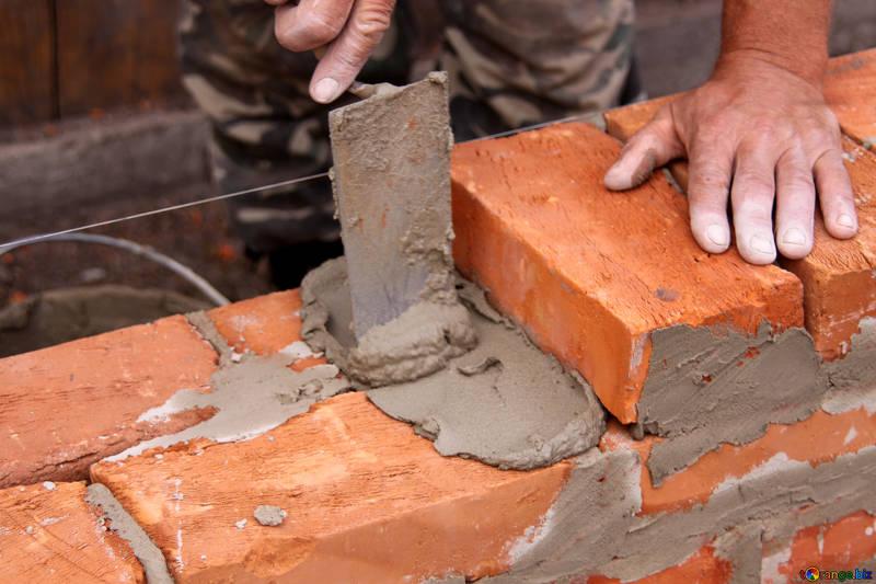 Costruzione di un muro di mattoni