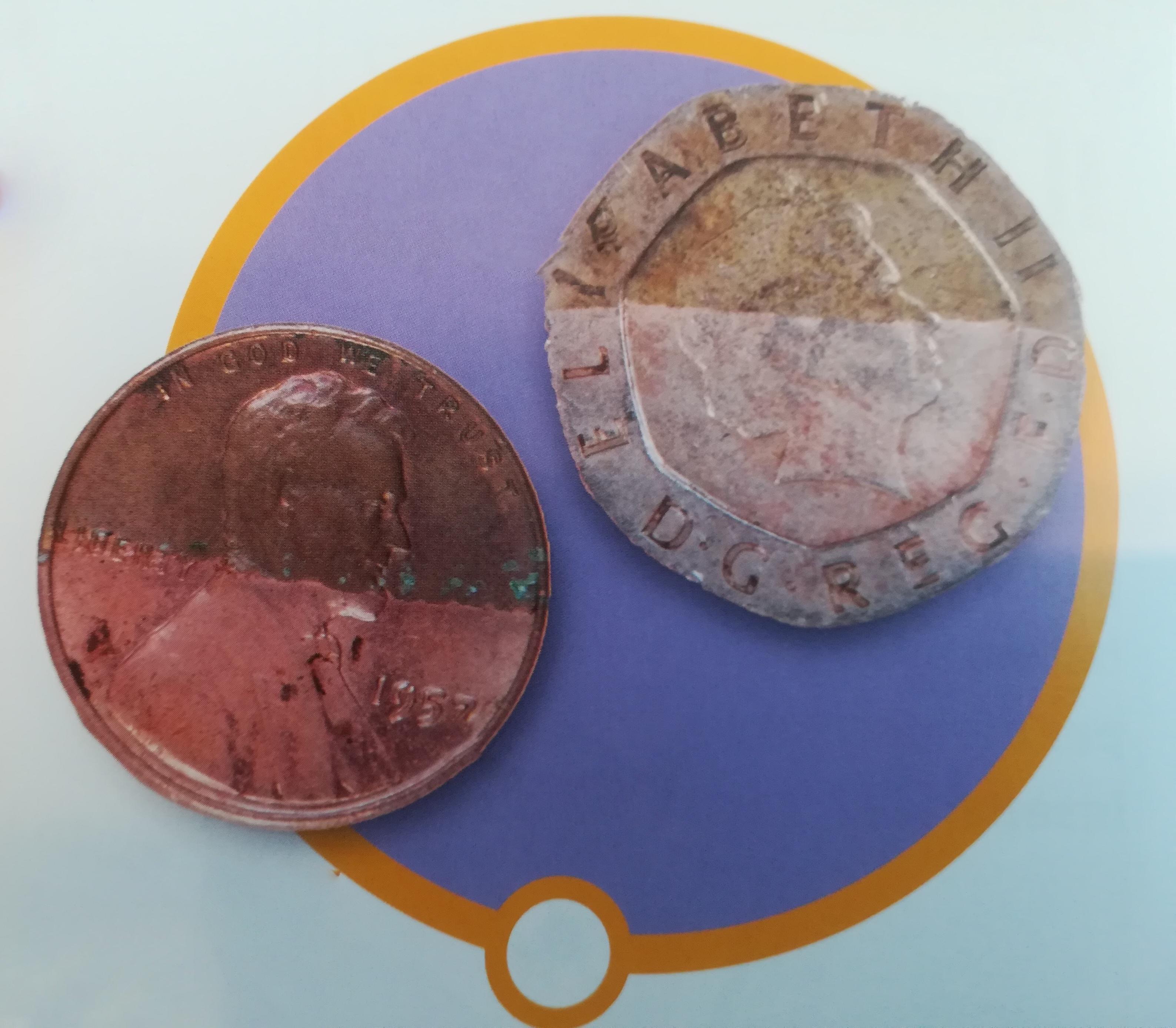 Due monete ripulite per metà con un po' di succo di frutta