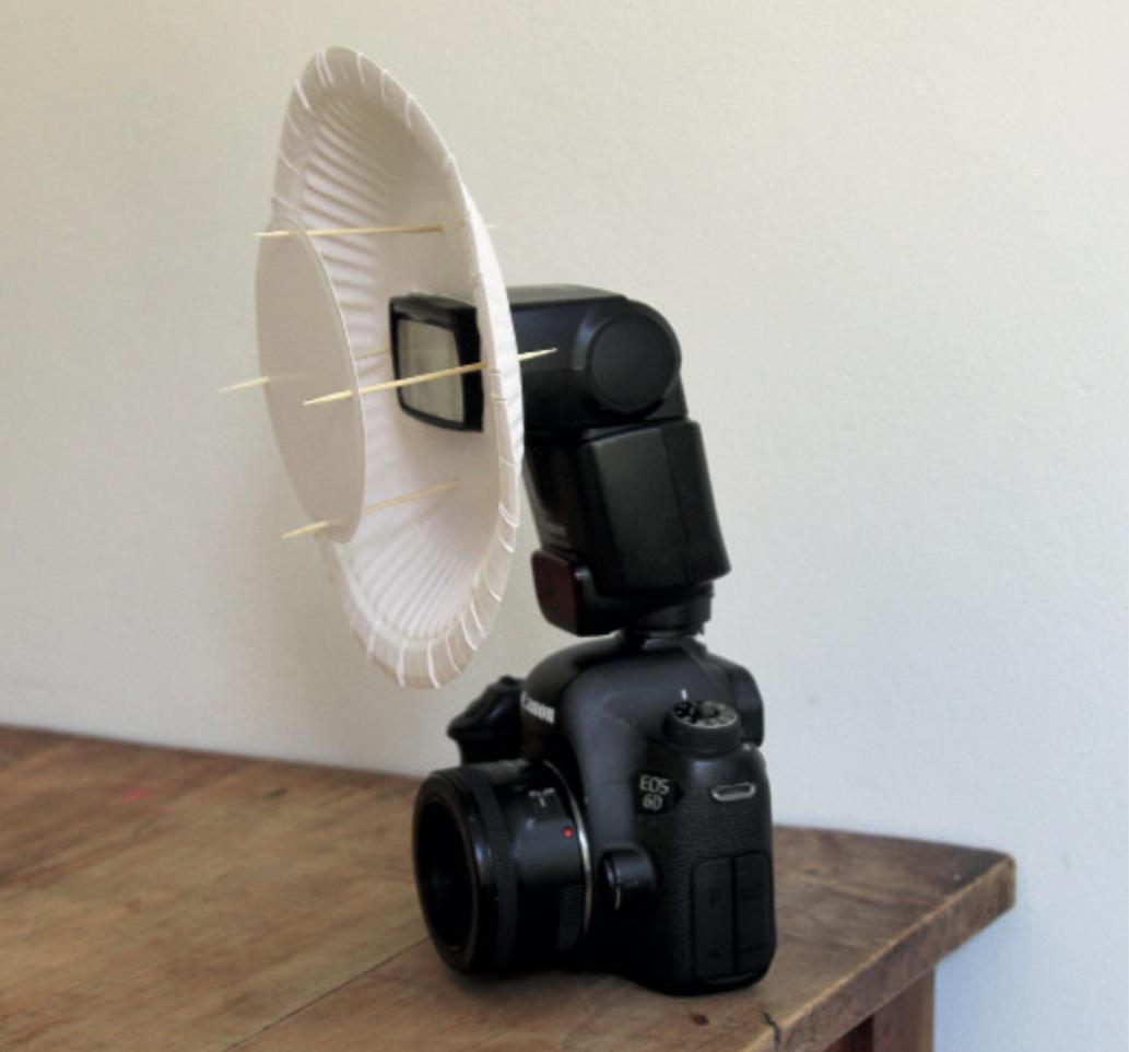 Beauty dish montato sul flash montato sulla fotocamera