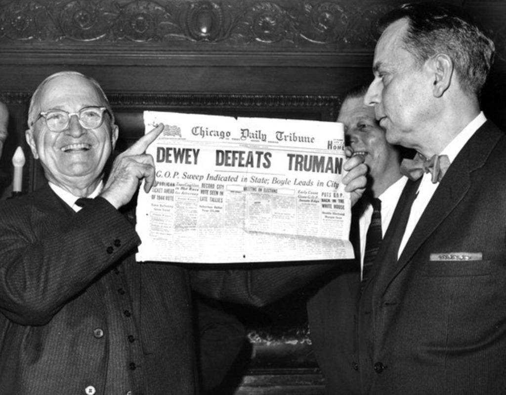 Harry Truman neoeletto mostra il giornale che lo dava per sconfitto
