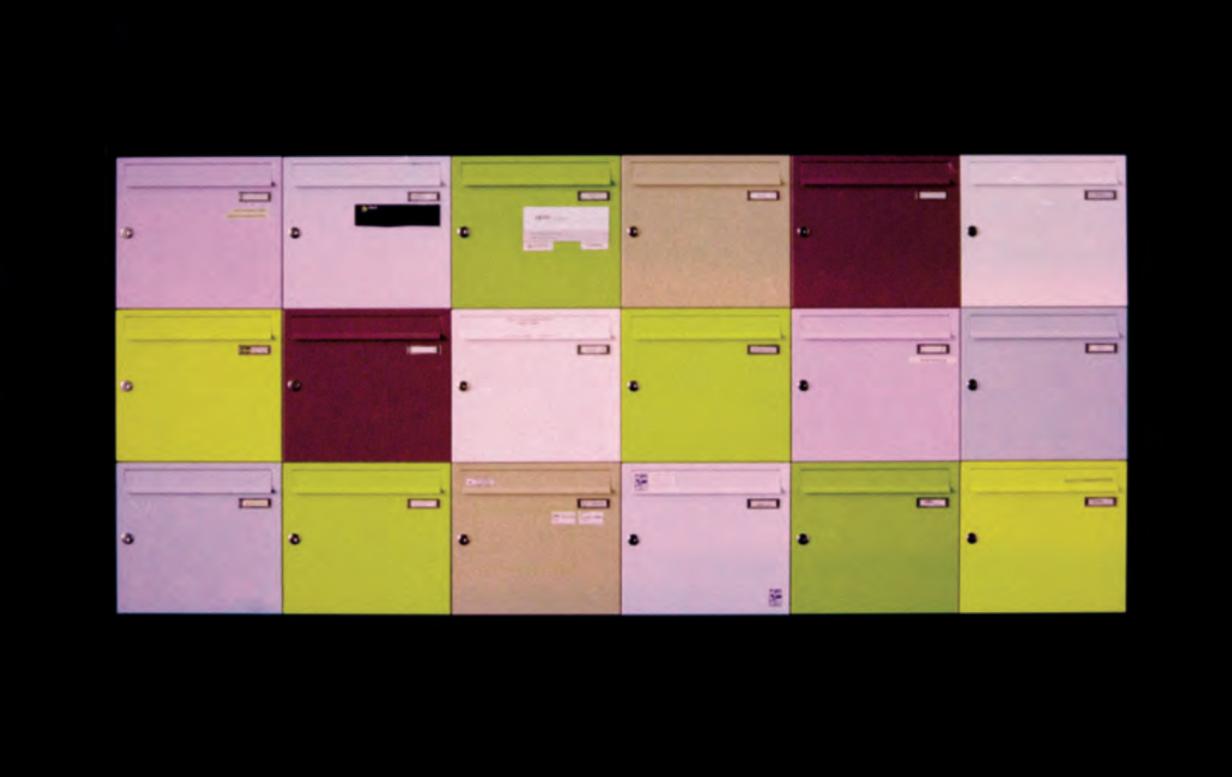 Fuji Sensia con cross-processing. Anche qui i colori delle cassette postali sono notevolmente deviati, soprattutto nei toni del blu