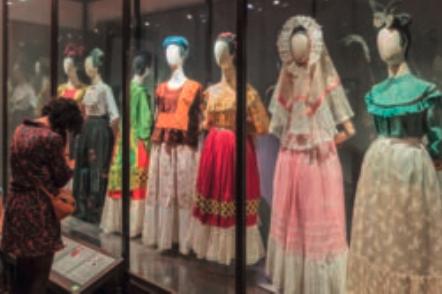 Gli abiti colorati di Frida esposti in un museo