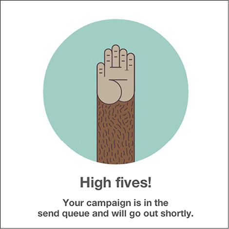 """""""High fives!"""", uno dei messaggi più noti di Mailchimp, con la mano della mascotte Freddie. In questo caso avverte l'utente che la sua campagna è in coda e sarà spedita presto"""