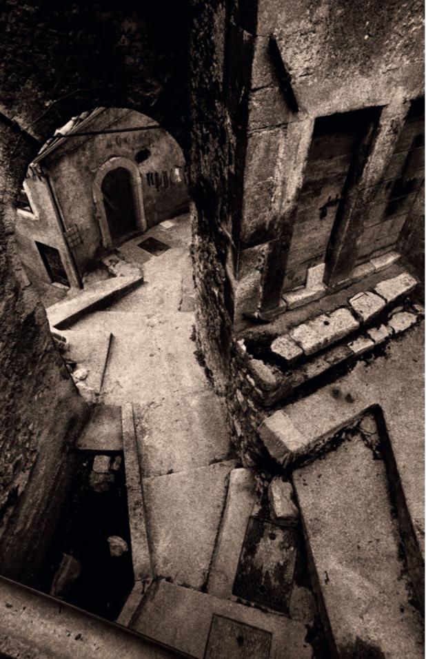 In immagini come questa in toni bassi (low key), la granulosità marcata contribuisce a rimarcare l'antichità del soggetto