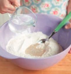 Mescola farina e sale in una ciotola poi aggiungi l'acqua poco alla volta sempre mescolando