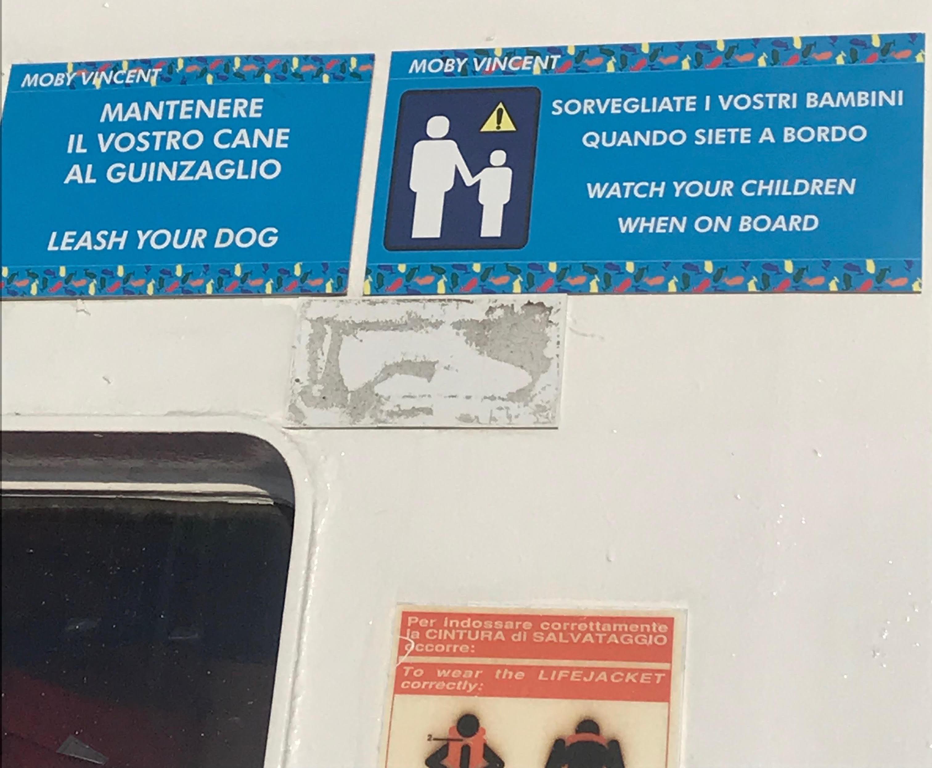 Istruzioni per cani e bambini su una nave da crociera