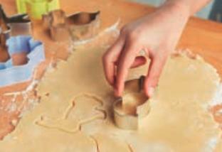 Stendi la pasta con un mattarello e produci alcune forme con uno stampino per biscotti