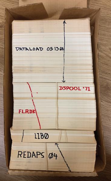 Gruppi di schede perforate in una scatola