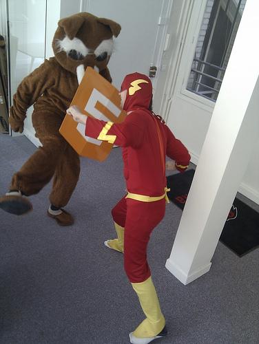 La mascotte di Firefox si difende da Flash utilizzando lo scudo HTML5