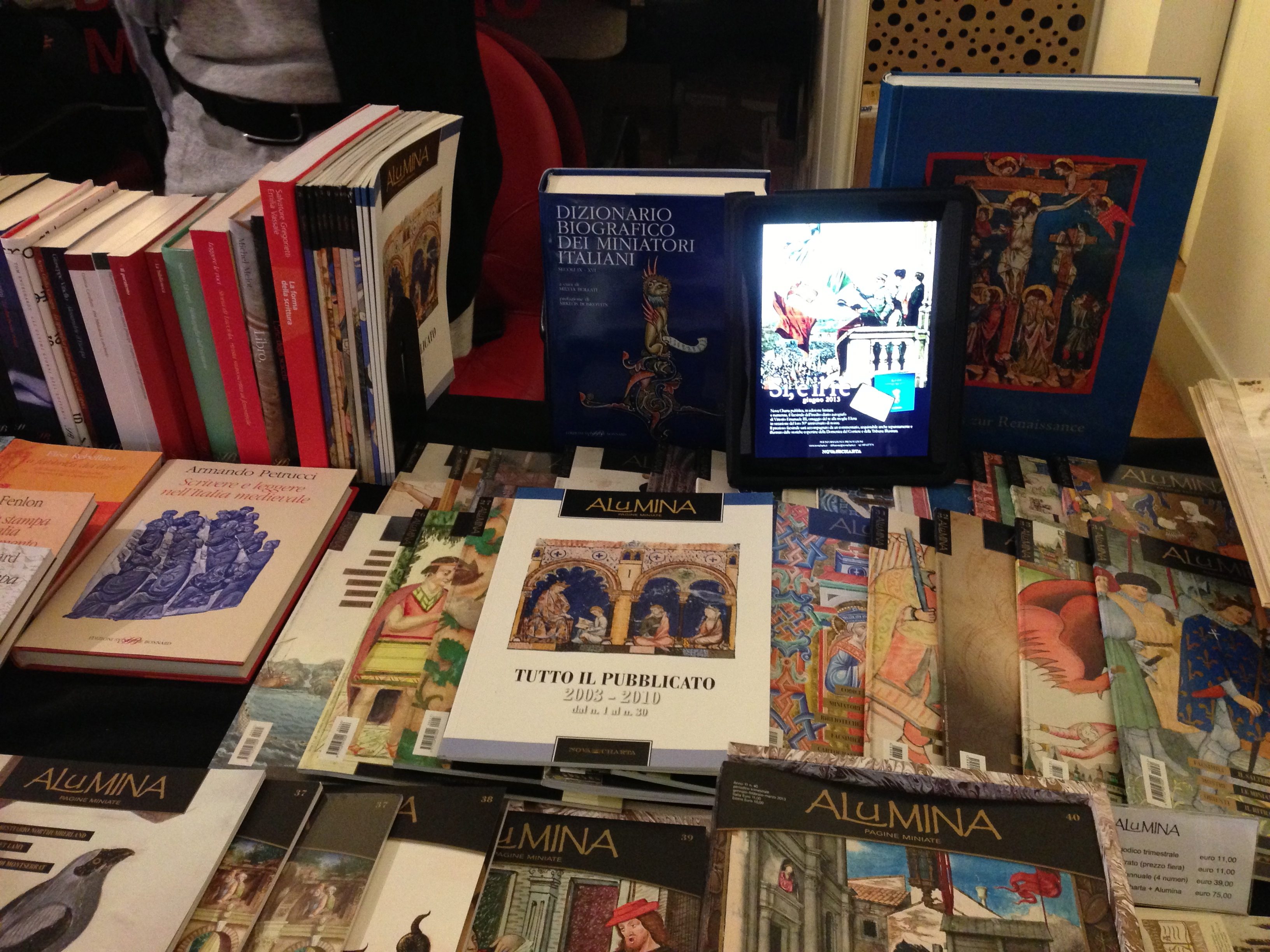 iPad tra le riviste di libri antichi