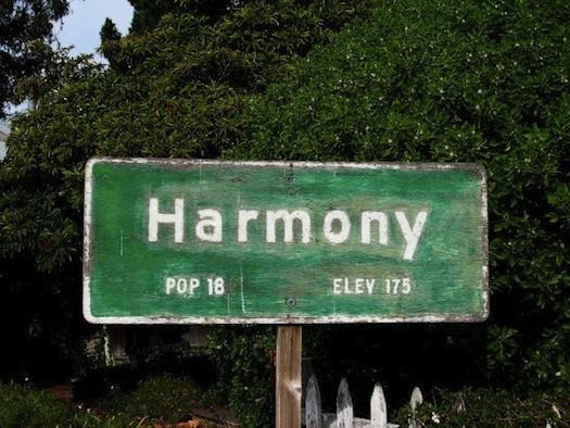 Cartello di benvenuto nel comune di Harmony, che per coincidenza è anche il nome di una piccola comunità negli USA