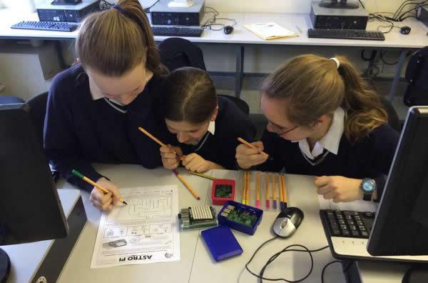 Bambine che programmano Raspberry Pi