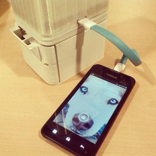 Acqua e sale per alimentare uno smartphone