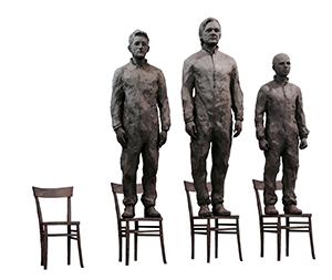 Statue di Assange, Snowden e Manning aspettano sulle loro sedie chi vorrà salire sulla quarta sedia, rimasta vuota